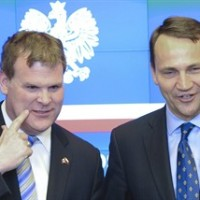 Canada's Foreign Minister John Baird, left, and his Polish counterpart Radek Sikorski attend a press conference after talks in Warsaw, Poland, Thursday, April 24, 2014. Baird came to Poland for a two day visit to discuss security in Europe. (AP Photo/Alik Keplicz)