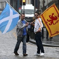 Supporters of the Yes campaign for the Scottish independence referendum stand on the Royal Mile in Edinburgh, Scotland, Friday, Sept. 19, 2014. THE CANADIAN PRESS/AP, Scott Heppell
