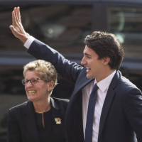 Canadian prime minister-designate Justin Trudeau is greeted by Ontario Premier Kathleen Wynne at the Queens Park Legislature in Toronto on Tuesday, October 27, 2015. THE CANADIAN PRESS/Chris Young // 1028 na auditor // 1028 ñ Trudeau
